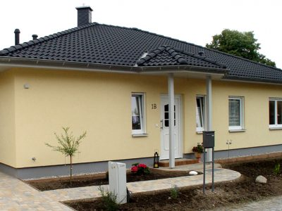 Massiver Bungalow, Groitzsch 2008: Die Ansicht von der Straße - Blick auf Hauseingang und Carport